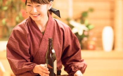 ビールを運ぶ居酒屋スタッフの写真